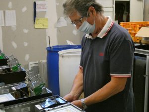 Un bénévole répare un PC